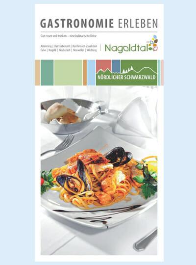 Teller mit Muscheln, Pasta und Salat