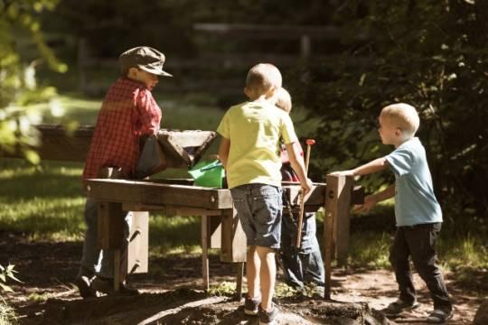 Kinder spielen im Monbachtal