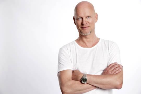 Rüdiger Hoffmann mit weißem T-Shirt