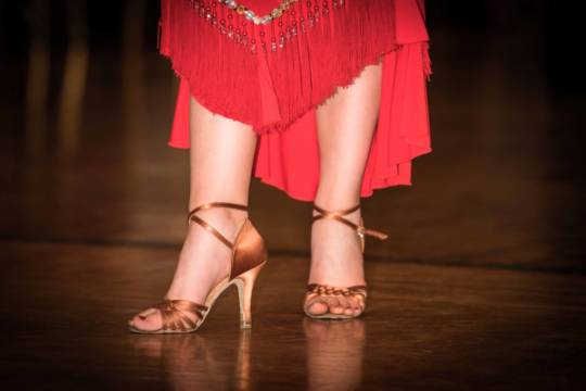 Rotes Kleid und goldene Tanzschuhe