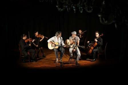 zwei Sänger und vier Musikanten auf einer Bühne