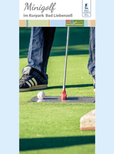 Nahaufnahme Minigolfschläfer, Ball, grünes Gras und Beine